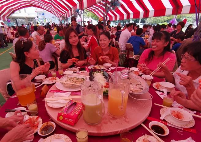 台南七股海鮮節七寶宴,因應疫情,改在戶外辦桌,不減大家嘗美食好興致。(劉秀芬攝)