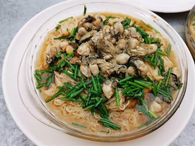 在麵線上鋪了滿滿牡蠣的「鴻運沖天迎登科」。(劉秀芬攝)