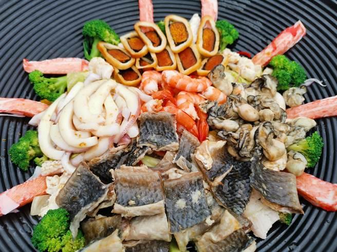 以虱目魚皮、烏魚子、白蝦、牡蠣搭配蔬菜的「七寶和風浪淘沙」。(劉秀芬攝)