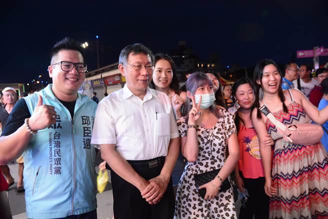 不少民眾捕獲野生柯P,又驚又喜的爭相排隊拍照。(王志偉攝)