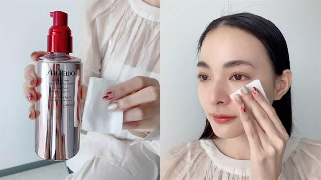 保養第一步驟使用「面膜水」擦拭全臉,展現彈潤好氣色。(圖/邱映慈攝影)
