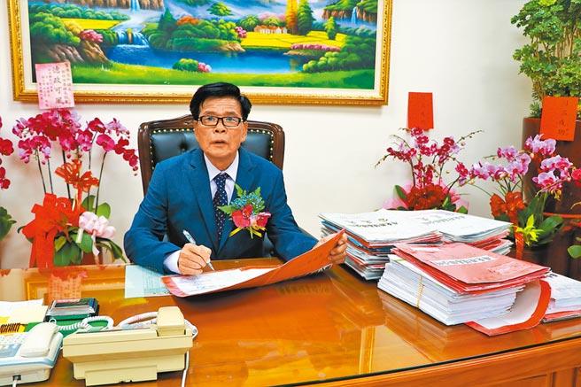 恆春新任鎮長陳文弘4日就職,一上任就面臨「6000萬人事費用」爭議。(謝佳潾攝)
