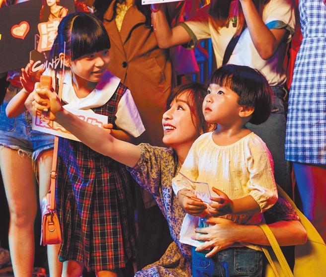王心凌在MV裡飾演2個孩子的媽。(環球唱片提供)