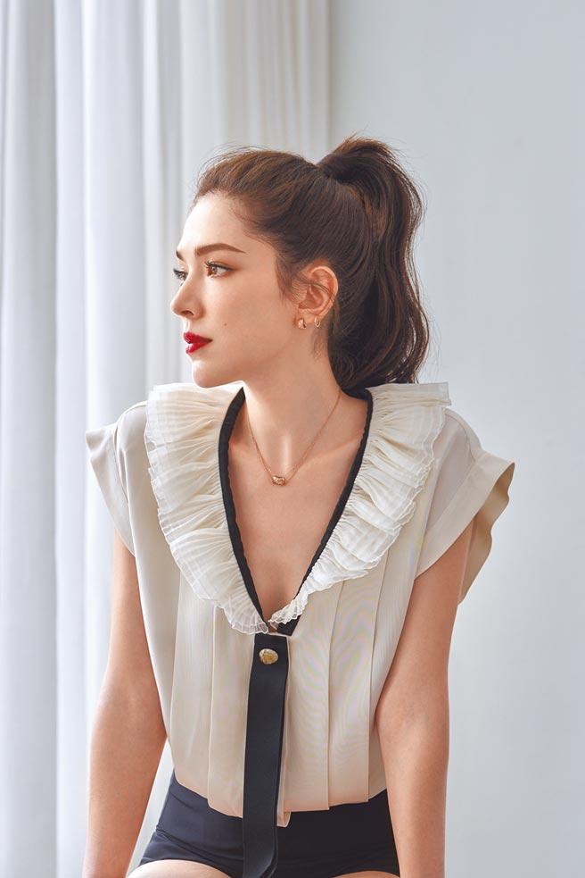 香奈兒品牌彩妝大使許瑋甯上彩妝,分享恆潤裸光水慕絲粉底。(香奈兒提供)