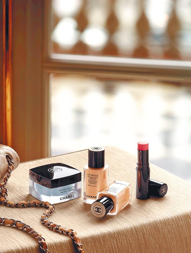 香奈兒恆潤裸光水慕絲粉底情境圖與其它奢華保養彩妝。(香奈兒提供)