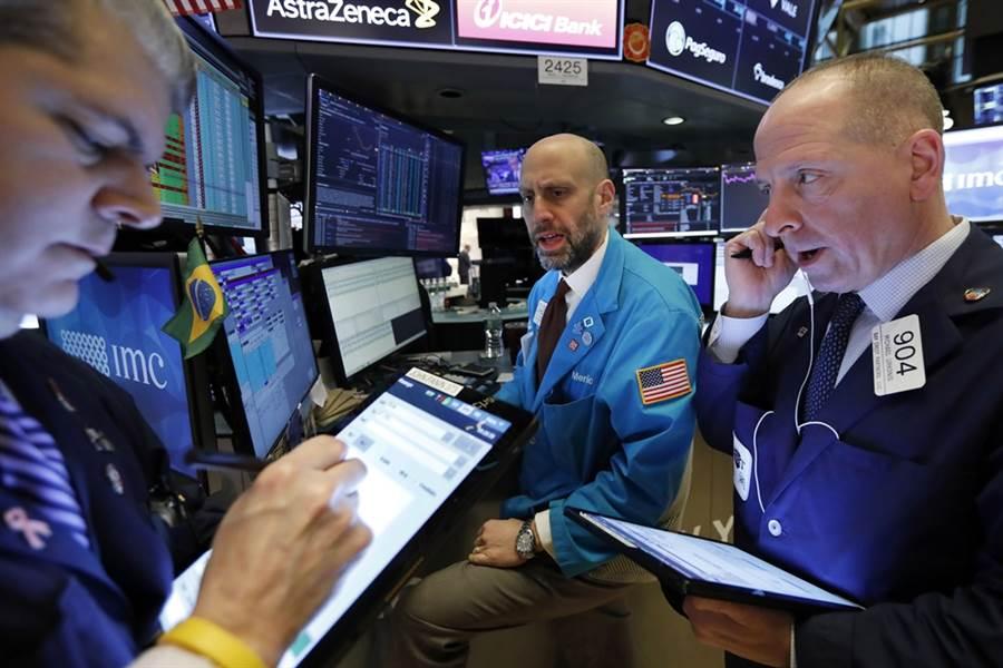 美股周五又高低巨震近900點。(美聯社)