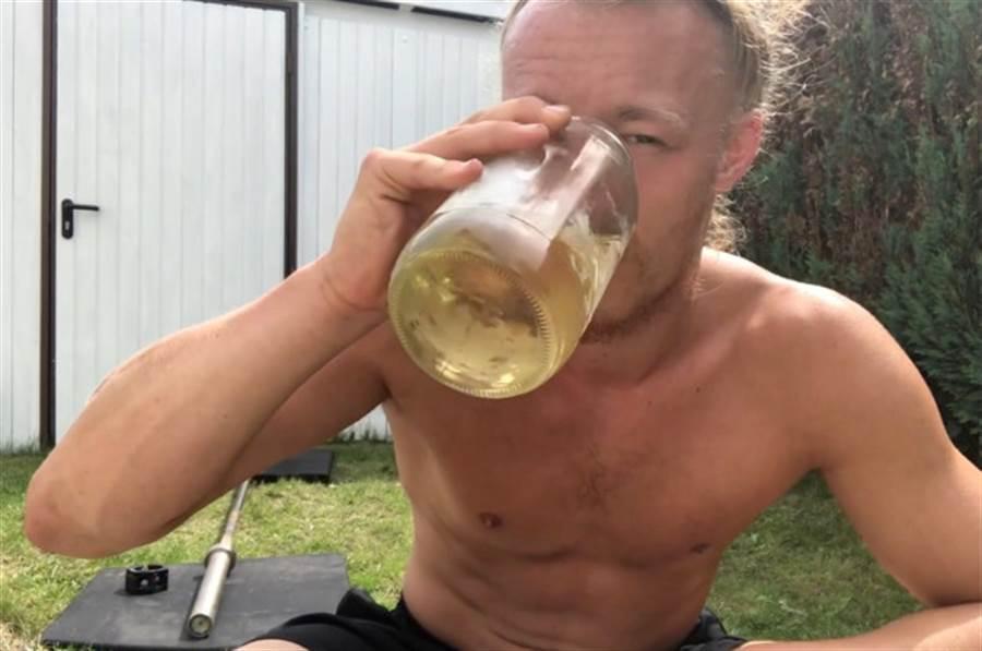 1名德國26歲的運動教練(Jan Schünemann),自2017年從網路上看到尿液療效法的訊息,就開始努力研究此療法,他也不斷聲稱這是最自然的療效法。(取自The Sun News)