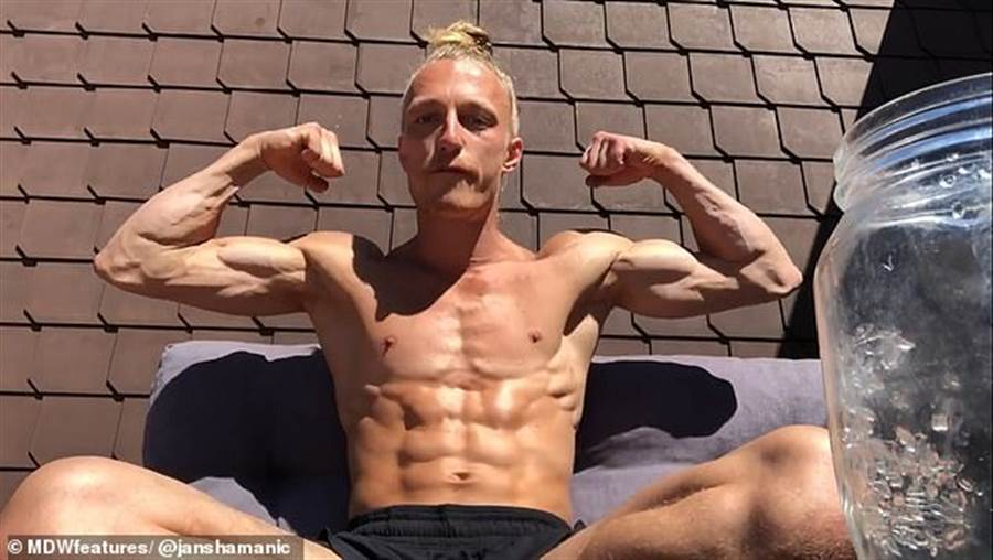 這位運動教練表示,自從使用了「尿液療效法」,體格的堅實程度大過以前。(取自The Sun News)