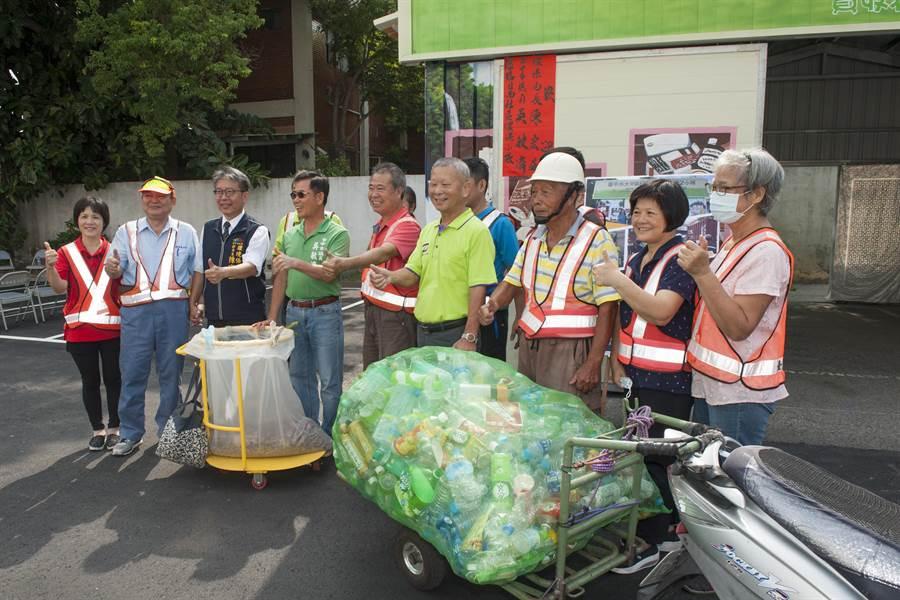 環保志工自製隨身牽引式資源回收車,大幅提升工作效率。(陳淑娥攝)