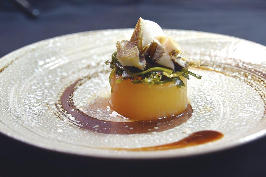 〈竹籠清蒸活鮑魚佐鮮蚵生蠔油〉的鮑魚肉質鮮甜彈Q,呈盤時下襯以關東煮手法料理的白蘿蔔,也非常入味。圖/姚舜