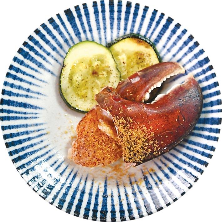 〈龍蝦螯佐烏魚子〉上桌時,會搭配鐵板香煎櫛瓜。圖/姚舜