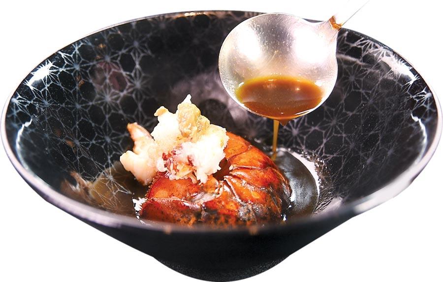 享受「極上美饌」超值套餐,波士頓龍蝦可以三吃,圖為用龍蝦蝦身肉料理的〈活龍蝦佐明蝦Bisque〉。圖/姚舜