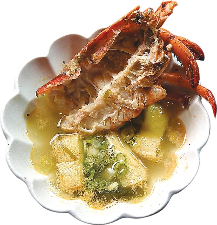波士頓龍蝦三吃的第三吃是用龍蝦頭和柴魚昆布熬煮的〈龍蝦昆布湯〉。圖/姚舜