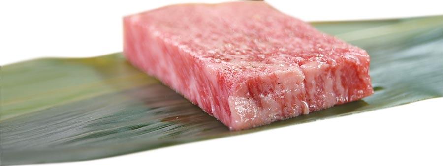 極上A5和牛沙朗牛排〉用的是日本熊本頂級品牌〈和王〉的極上牛種,油花分布細緻均勻。圖/姚舜