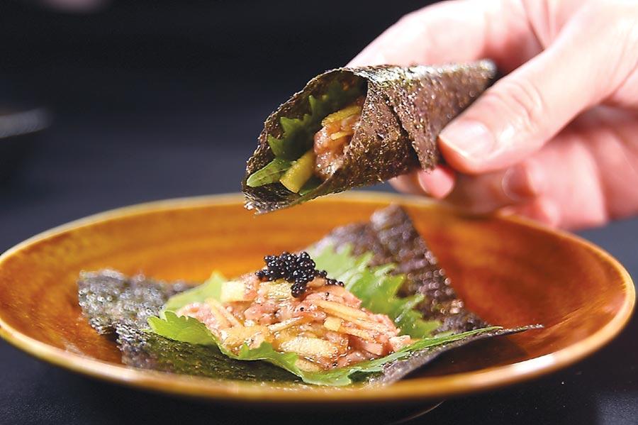 〈犇USHIMITSU和牛館〉的「極上美饌」超值套餐,第一道菜〈和牛塔塔鐵火捲〉,日本熊本A5和牛塔塔是用蘋果燒肉汁調味。圖/姚舜