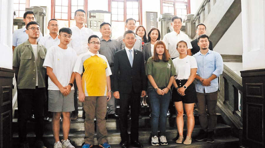 新竹市政府頒發9名青年擔任青年事務委員會青年代表聘書,讓青年共同參與推動公共政策。(竹市府提供/邱立雅竹市傳真)