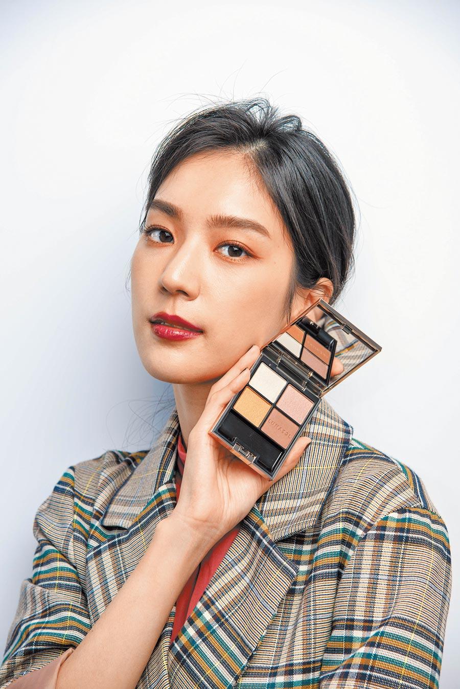 演員季念潔搭配LUNASOL 2020秋冬晶巧霓光眼彩盒,打造美麗妝容。(LUNASOL提供)