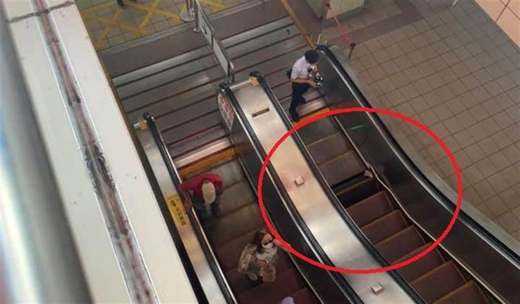 淡水捷運站男童腳捲入手扶梯,血噴滿地送醫畫面曝光。(翻攝爆料公社)