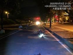 騎重機找女友竟自撞紅綠燈桿 騎士內臟亂噴慘死