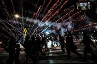 波特蘭抗爭達100天 警察放催淚瓦斯 抗議者扔炸彈