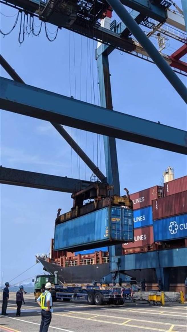 貨櫃起重機-貨物不得超載,採取安全吊掛方式並禁止人員進入貨物下方之作業範圍。(台中市政府勞工局提供/陳世宗台中傳真)
