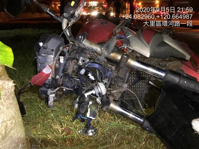 騎士自撞當場慘死,撞擊後機車嚴重毀損。(民眾提供/台中馮惠宜傳真)