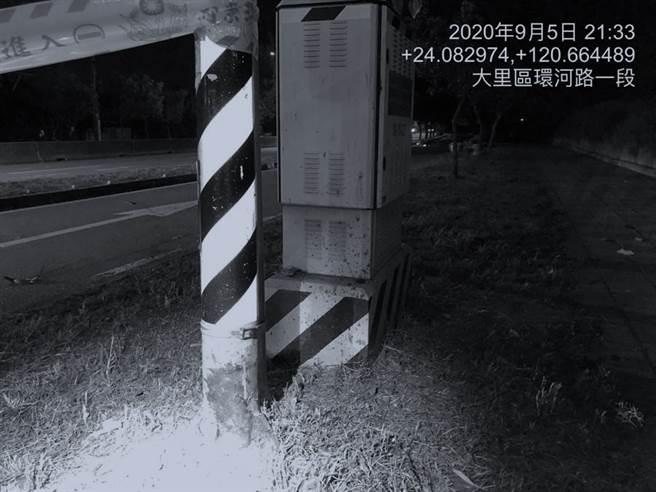 蔡姓騎士擦撞人行道後,再撞上紅綠燈號誌燈桿後當場慘死。(民眾提供/台中馮惠宜傳真)