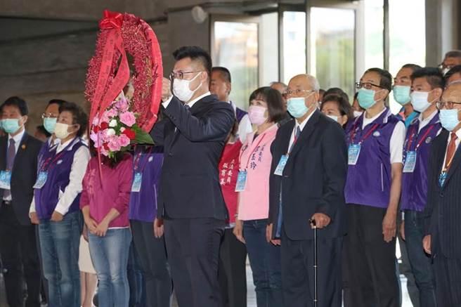 國民黨6日舉行全國代表大會,黨主席江啟臣會前向國父遺像獻花致意。(王英豪攝)