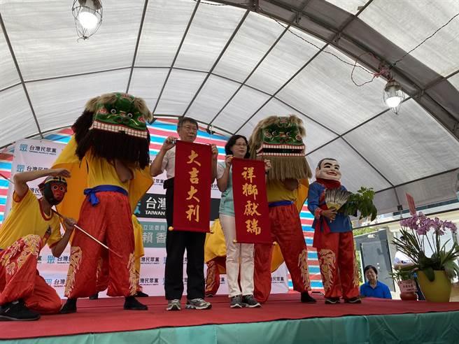 台灣民眾黨主席、台北市長柯文哲(左二)6日前往該黨立委賴香伶,在新竹成立服務處的開幕活動,回應美豬美牛議題。(莊旻靜)