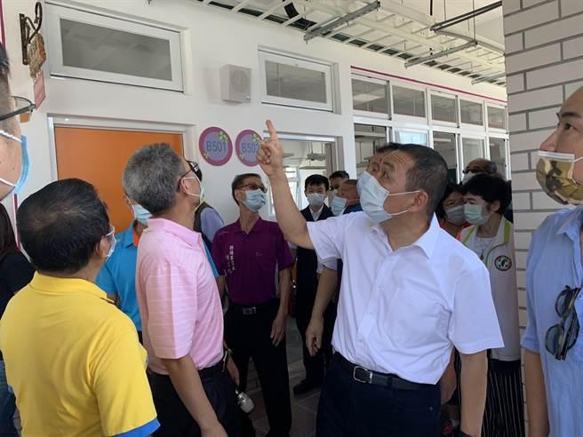 新北市長侯友宜視察新埔國小校舍整建工程進度。(王揚傑攝)