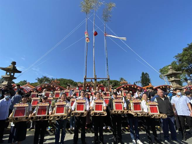 副總統賴清德(右五)6日出席義民祭放水燈儀式,親自將水燈送至義民廟前牌樓。(莊旻靜攝)