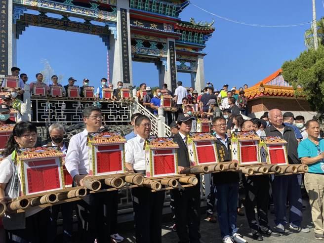 副總統賴清德(左四)6日出席義民祭放水燈儀式,親自將水燈送至義民廟前牌樓。(莊旻靜攝)