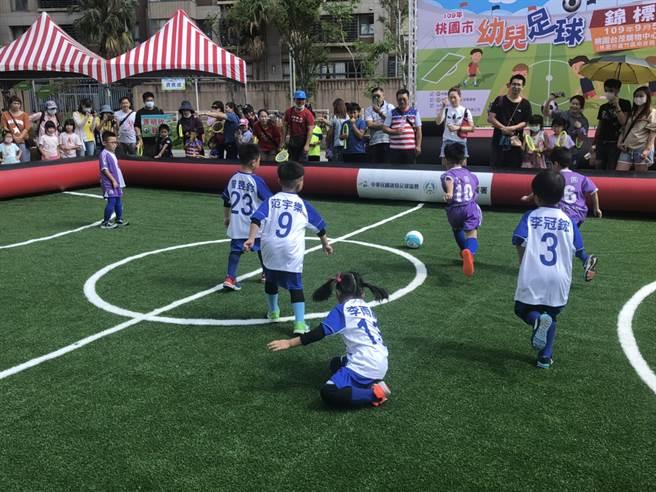 小朋友努力展現足球技巧,認真的模樣不輸大人。(桃園市政府體育局提供)