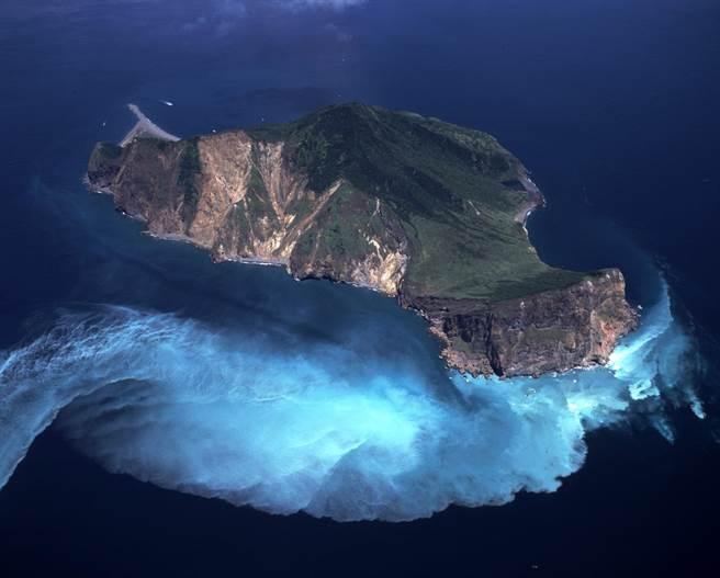 生態豐富的龜山島因「牛奶海」而爆紅,還有學者為文解謎,增添民眾對海洋的認識。(東北角暨宜蘭風景區管理處提供/李忠一宜蘭傳真)