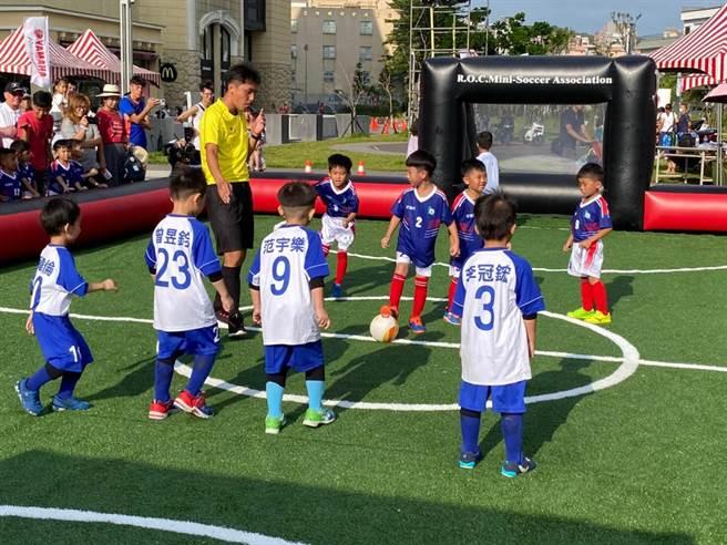 桃園市5、6日在台茂購物中心舉辦的「桃園市幼兒足球錦標賽」正式開賽。(桃園市體育局提供/賴佑維桃園傳真)