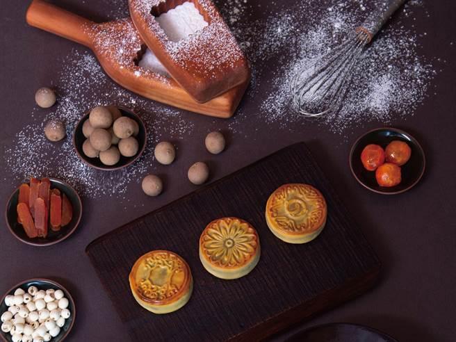 每一粒月饼皆制饼职人手作,严选馅料调制,其中以「乌鱼子咸蛋黄莲子乌豆沙」口味为最大亮点。(大仓久和大饭店提供)