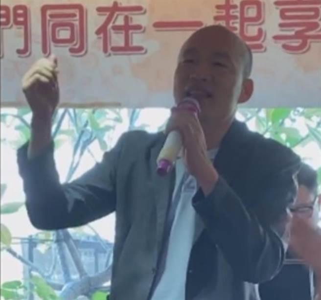 前高雄市長韓國瑜和老朋友黃乃輝聚餐,還高歌軍歌《夜襲》。(翻攝黃乃輝臉書直播影片)