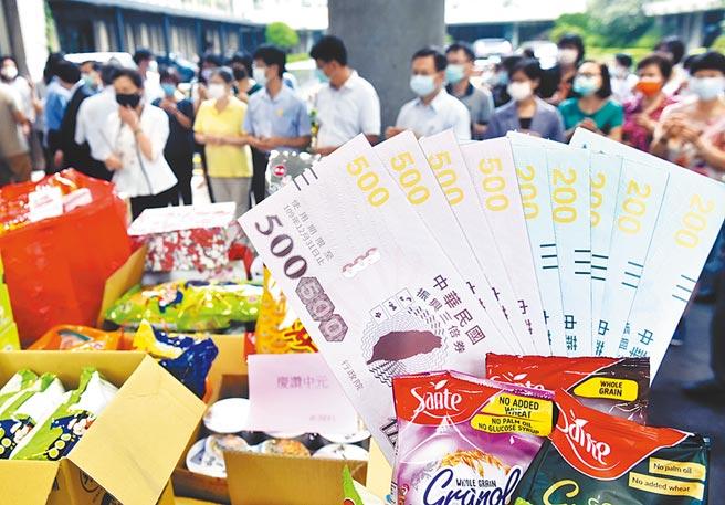 經濟部部長王美花主持中元節祈福祭典,放大版的三倍振興券樣張十分吸睛。圖/顏謙隆