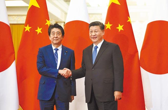 後安倍時代的中日關係備受矚目。圖為大陸領導人習近平和日本首相安倍在2019年於北京會談。(美聯社)