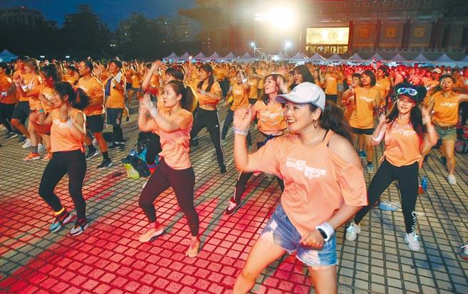 全球人壽「因為愛,舞所聚ZUMBA」搖滾周末夜活動5日晚間在中正紀念堂兩廳院廣場舉行,上千參與者隨著音樂盡情搖擺。(姚志平攝)