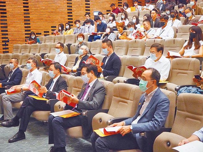 「第1屆亞洲青年論壇」,5日起在新竹市登場,擔任基金會董事長的前行政院長江宜樺(左三)昨天親自到場主持始業式。(陳育賢攝)