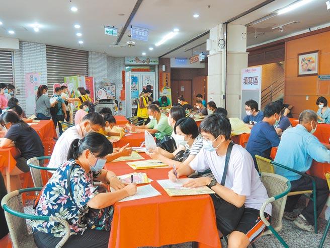 嘉義縣政府5日舉辦「嘉義縣109年度現場徵才活動」,吸引近2000人參加。(張毓翎攝)