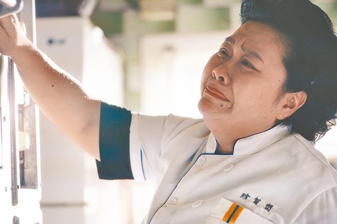 鍾欣凌劇中老公去世,搞笑幫烤箱戴「孝」,希望它能正常運作。(華視提供)