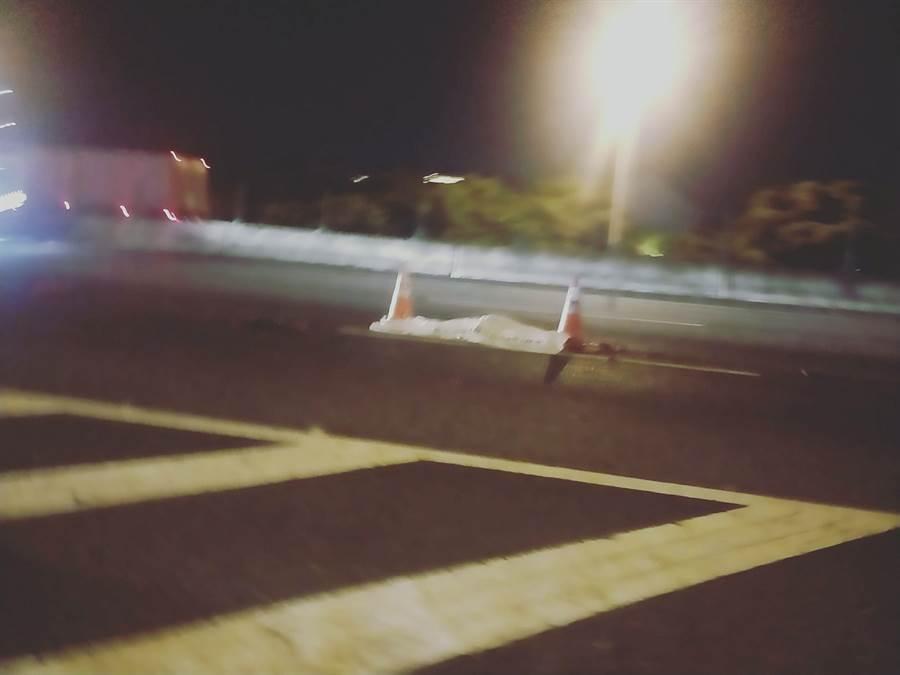 國道1號晚間驚傳跳車意外,女乘客當場失去呼吸心跳。(翻攝照片/黃婉婷桃園傳真)