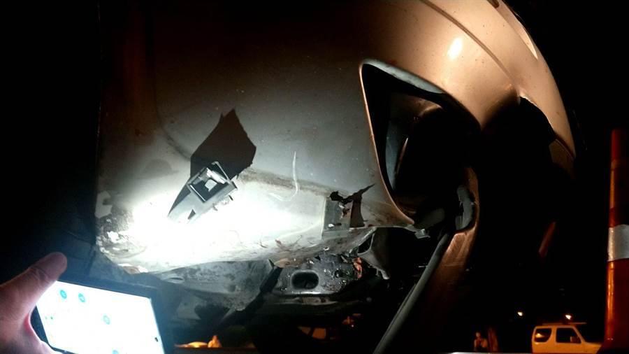 紀女跳車後,後方銀色自小客車閃避不及直接輾過,車頭有些許損毀。(翻攝照片/黃婉婷桃園傳真)