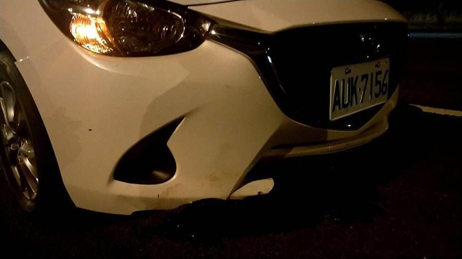 另一輛白色轎車閃避不及直接輾過,車頭有些許損毀。(翻攝照片/黃婉婷桃園傳真)