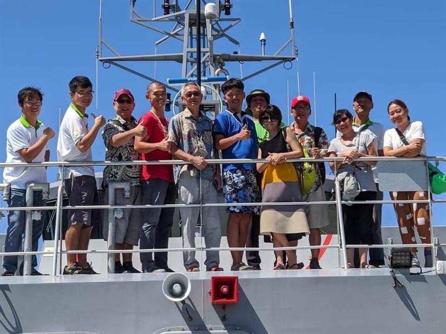 我駐吐瓦魯國大使蘇仁崇(左五)與役男及日本人士在吐國接駁船合影(外交部提供)