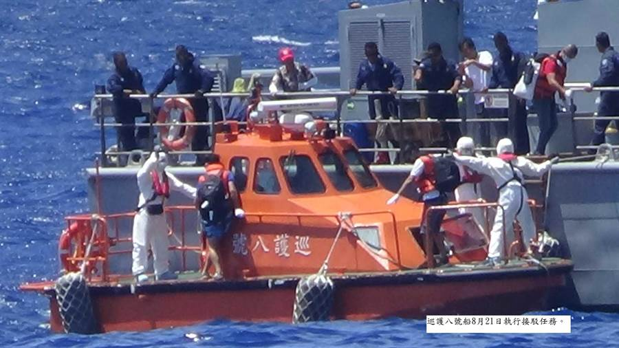 巡護八號船執行接駁任務及防疫作為(外交部提供)