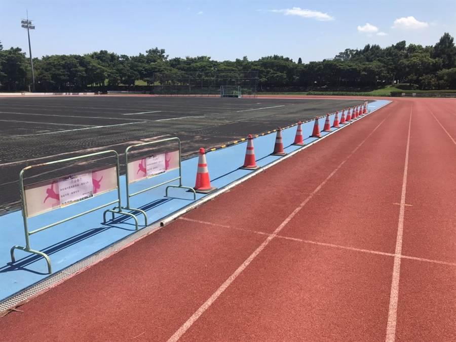 龍潭區公所目前將曲棍球場以警示標線圍住,避免民眾誤闖受傷。(黃婉婷攝)