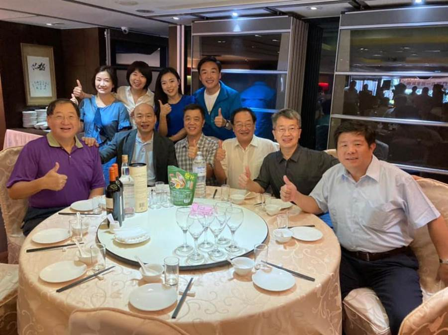 前高雄市民政局長曹桓榮(後排右1)與高雄前市長韓國瑜(前排左2),以及韓團隊聚餐,好久不見的前高市新聞局長王淺秋也來了(後排左1)。(翻攝曹桓榮臉書)